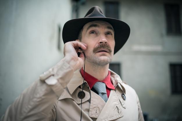Detektyw słucha z jego słuchawek