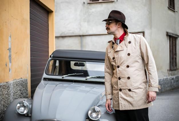 Detektyw spacery po slumsach miasta