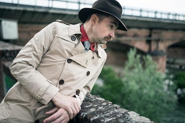 Detektyw szpiegowski mężczyzna blisko mosta