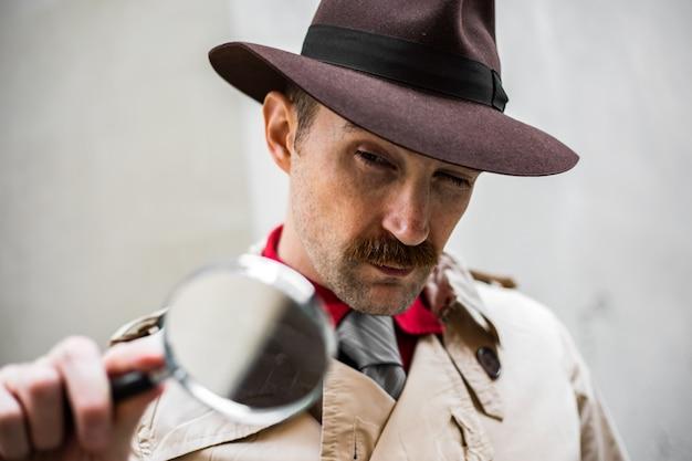 Detektyw za pomocą powiększającego obiektywu