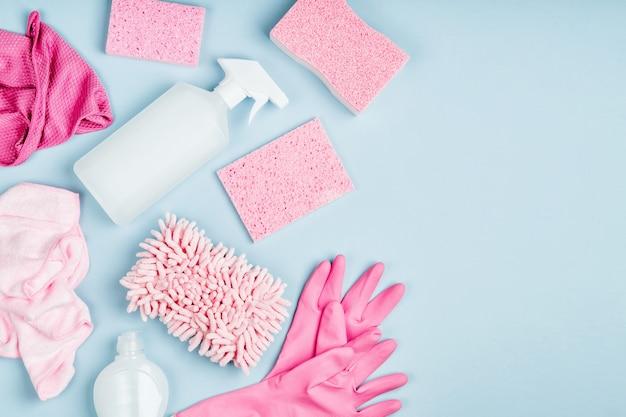 Detergenty i akcesoria do czyszczenia w kolorze różowym. koncepcja usługi sprzątania. leżał płasko, widok z góry.