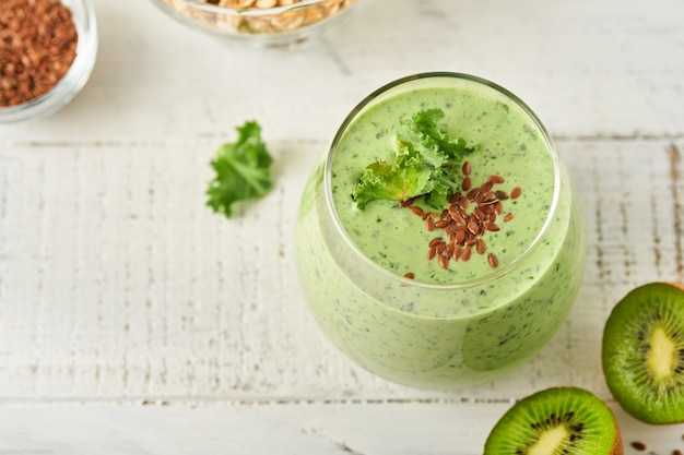 Detox green smoothie z jarmużem, szpinakiem i kiwi na jasnoszarym łupku