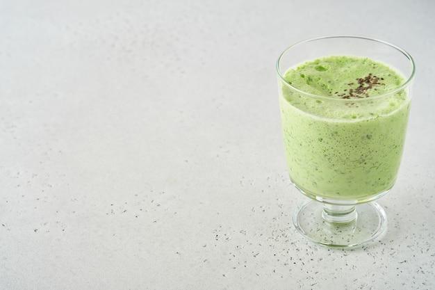 Detox green smoothie z jarmużem, szpinakiem i kiwi