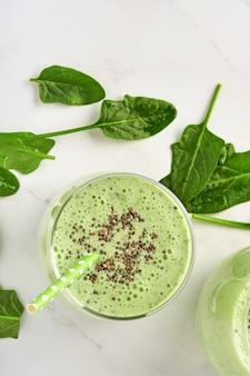 Detox green smoothie ze szpinakiem, nasionami chia i kiwi na jasnoszarym łupku