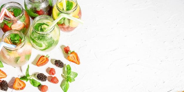 Detox koktajle ze świeżych owoców i warzyw w szklanych słoikach z tubkami