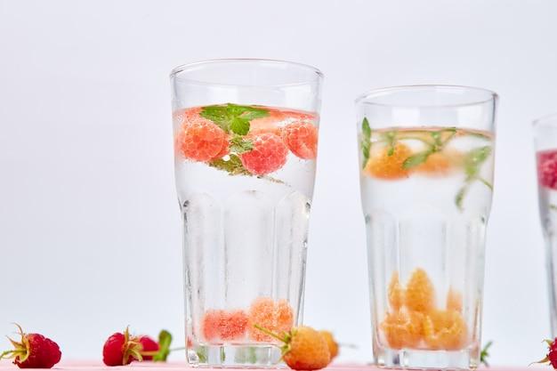 Detox o smaku wody aromatyzowanej trójkolorową maliną