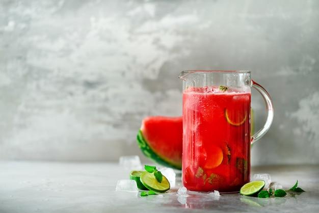 Detox woda z arbuzem, limonką, miętą i lodem, kopia przestrzeń