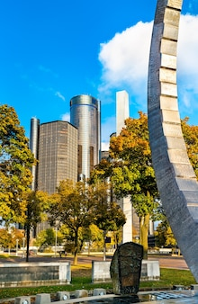 Detroit, stany zjednoczone 2 listopada 2019: transcending, michigan labor legacy monument w hart plaza w centrum detroit