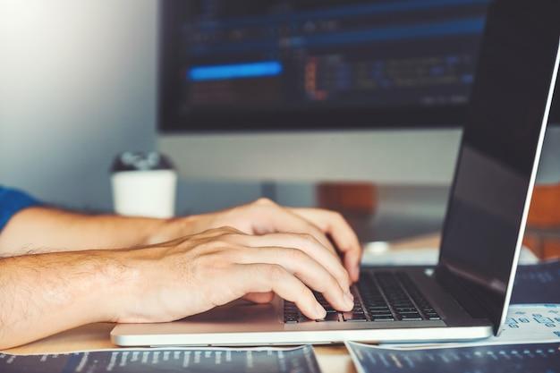 Deweloper programistyczny rozwój projektowanie stron internetowych i technologie kodowania pracujące w magazynie firmy oprogramowania