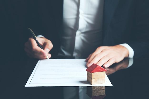 Deweloper przedstawia dokument umowy klientowi