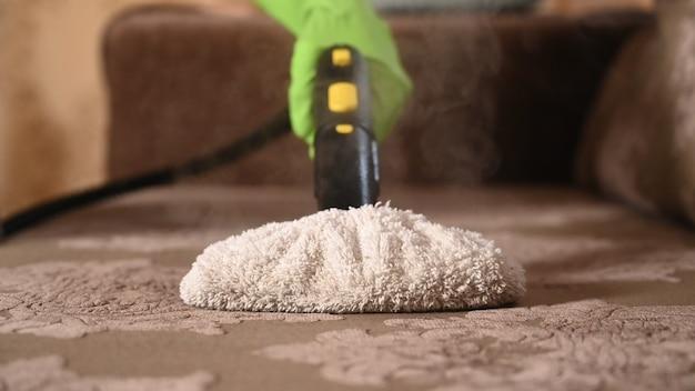 Dezynfekcja mebli tapicerowanych za pomocą myjki parowej.