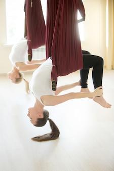 Dhanurasana jogi stwarzają w hamaku
