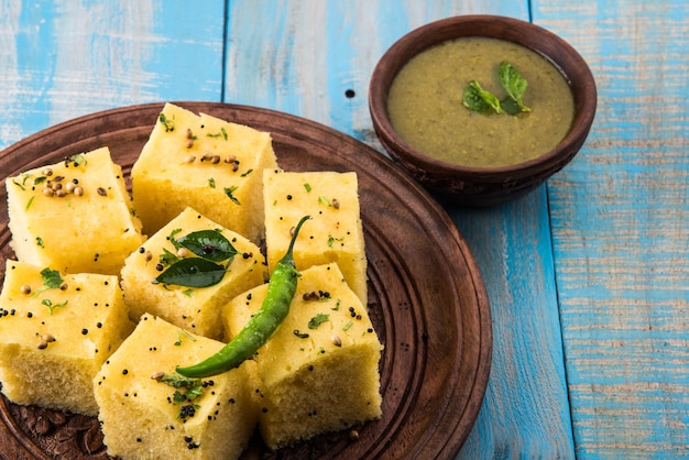 Dhokla to wegetariańska przekąska lub produkt śniadaniowy z indyjskiego stanu gujarat