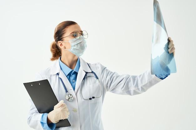 Diagnostyka radiologa pacjenta skanuje na białym tle