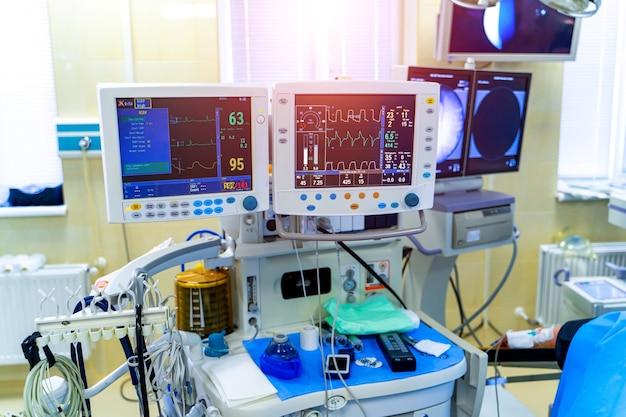 Diagnozowanie zapalenia płuc. covid-19 i identyfikacja koronawirusa. pandemia. mechaniczna maszyna do wentylacji płuc.