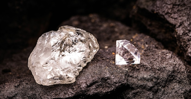 Diament oszlifowany w surowym diamentie w kopalni węgla, koncepcja wydobywania rzadkiego kamienia, bogactwo mineralne