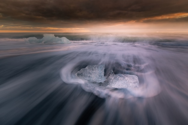 Diamentowa plaża lodowa obok lodowca laguny jokulsarlon od lodowca vatnajökull na południu islandii.