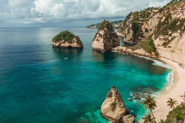 Diamentowa plaża na wyspie nusa penida