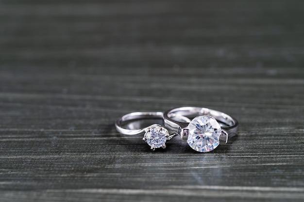 Diamentowe obrączki ślubne na czarnym tle