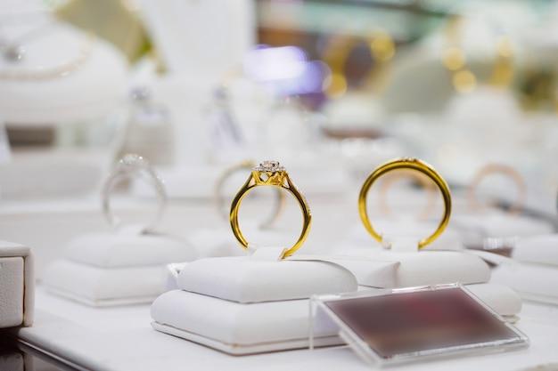 Diamentowe pierścionki z pustą metką z ceną w gablocie wystawowej luksusowego sklepu jubilerskiego
