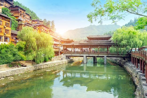 Diaojiaolou w wiosce xijiang miao, guizhou