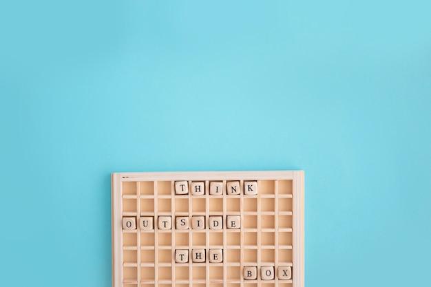 Dices myśleć poza tekstem polu w drewnianym pudełku
