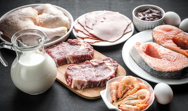 Dieta Białkowa: Surowe Produkty Na Drewnianej Powierzchni Premium Zdjęcia