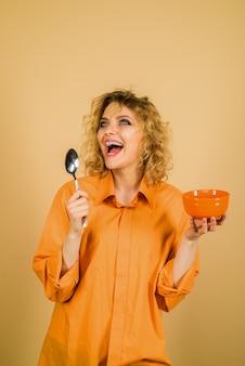 Dieta dietetyczna zdrowe odżywianie wegetariańskie jedzenie cieszące się zdrową żywnością szczęśliwa kobieta z organiczną marchewką