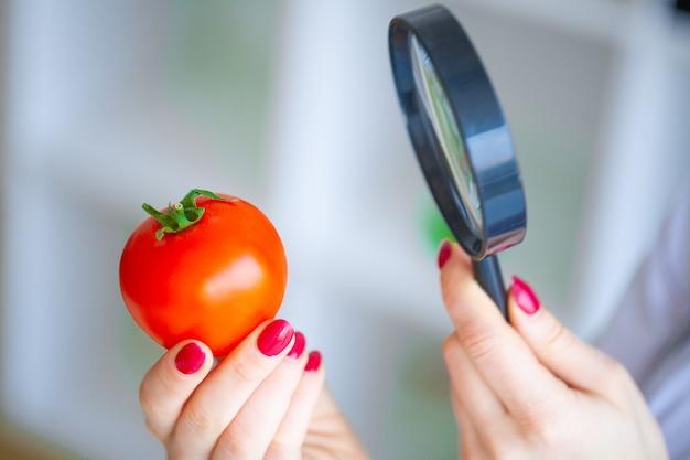 Dieta. doktor dietetyka trzymać pomidora. pojęcie naturalnego jedzenia i zdrowego stylu życia. koncepcja diety fitness i zdrowej żywności. zbilansowana dieta z warzywami.