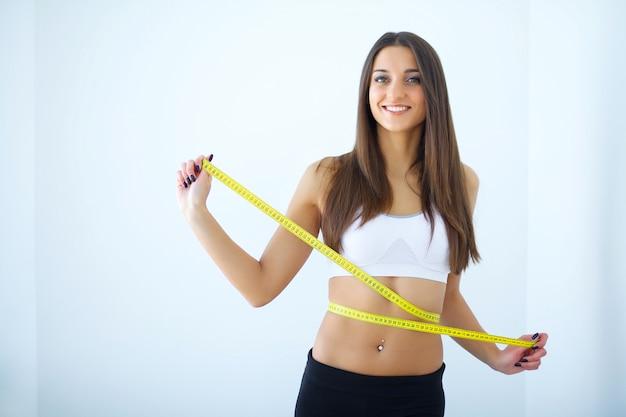 Dieta. dziewczyna mierzy swoje ciało