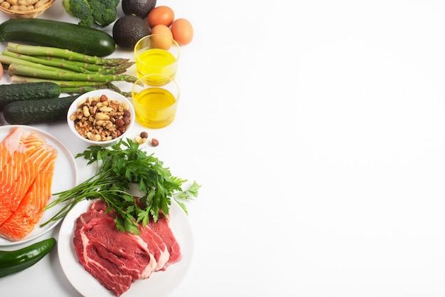 Dieta ketogeniczna, ketonowa, w tym warzywa, mięso i ryby, orzechy i olej na białym tle z miejsca kopiowania