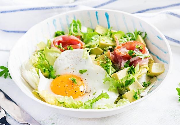Dieta ketogeniczna, paleo. jajko sadzone, prosciutto, awokado i świeża sałatka. śniadanie keto. późne śniadanie.