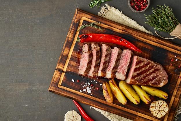 Dieta ketogeniczna z dietą ketogeniczną, grillowana striploina na desce do krojenia