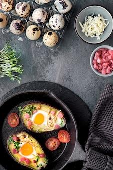 Dieta ketonowa: łódki awokado z kostkami szynki, jajkami przepiórczymi, serem, dodatkami