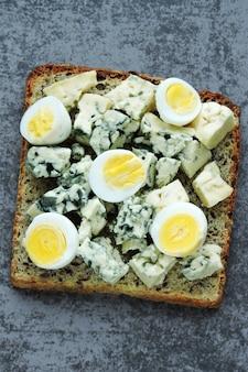 Dieta ketonowa. tosty z serem pleśniowym i jajkami przepiórczymi. grzanki keto. zdrowa przekąska.