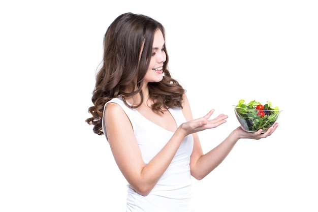 Dieta. zdrowa młoda kobieta z sałatką jarzynową
