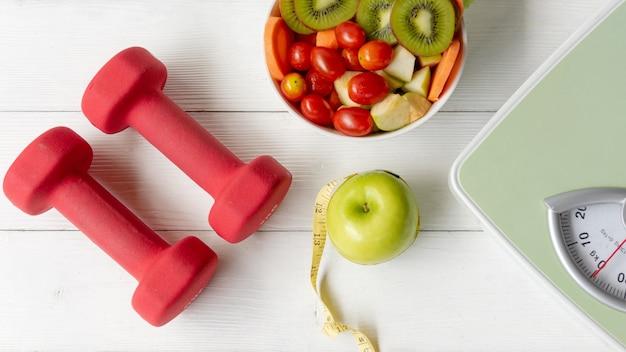 Dieta zdrowa żywność i koncepcja zdrowia stylu życia. sprzęt do ćwiczeń sportowych i siłownia