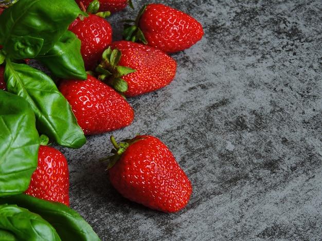 Dietetyczna koncepcja truskawek i bazylii.