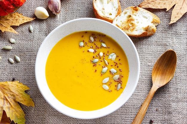 Dietetyczna zdrowa zupa dyniowa z pestkami dyni widok z góry