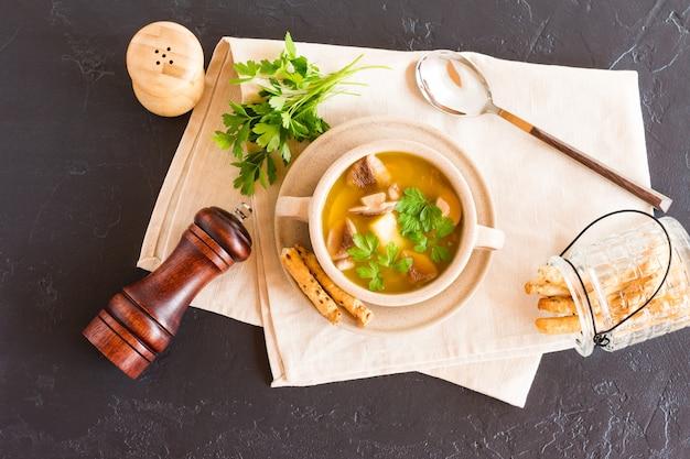 Dietetyczna zupa grzybowa w misce na zupę z pietruszką. koncepcja letniego obiadu.