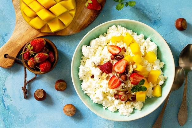 Dietetyczne śniadanie na lato świeży twarożek z truskawkowym mango widok z góry