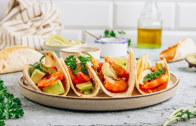 Dietetyczne zdrowe tacos z krewetkami i awokado.