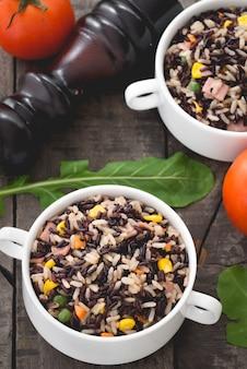 Dietetyczny smażony dziki ryż z groszkiem i warzywami