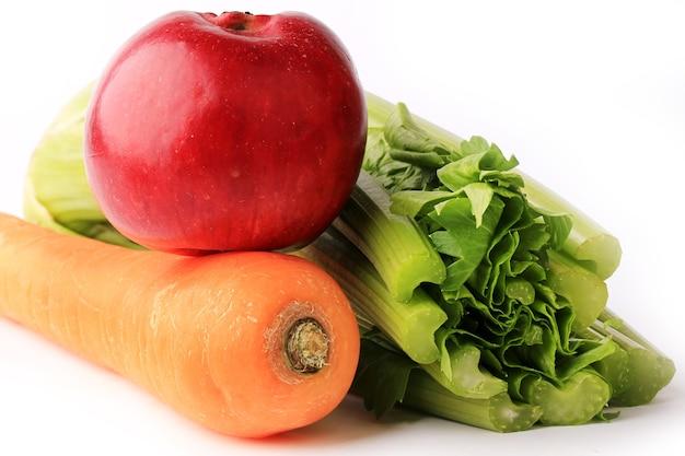 Dietetyczny zestaw smoothie jabłko marchewka seler na białym tle