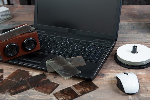 Digitalizacja starej fotografii na szklanym talerzu z laptopem