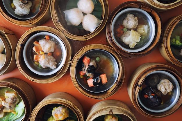 Dim sum na drewniany kosz, chińskie jedzenie widok z góry