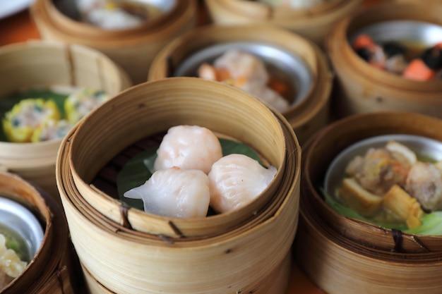 Dim sum na drewnianym koszu, chińskie jedzenie
