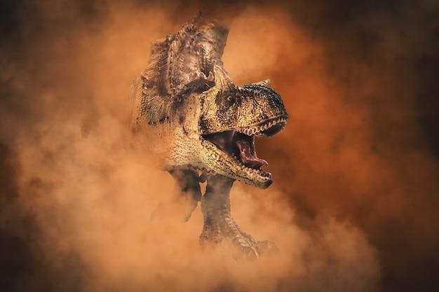 Dinozaur karnotaur na tle dymu