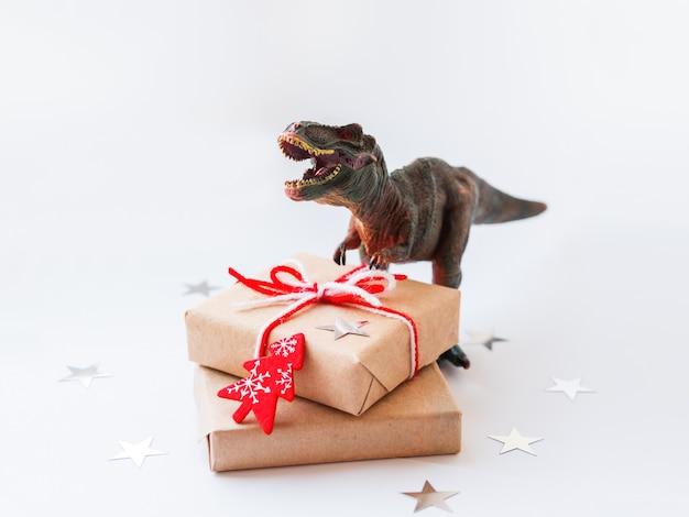 Dinozaur z prezentami zawinięty w papier rzemieślniczy