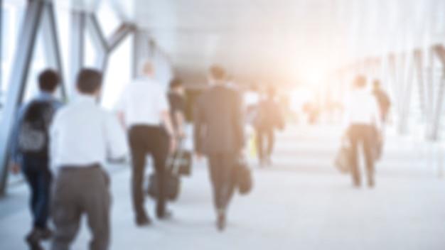 Dis focus ludzi biznesu spaceru na korytarzu w centrum biznesowym